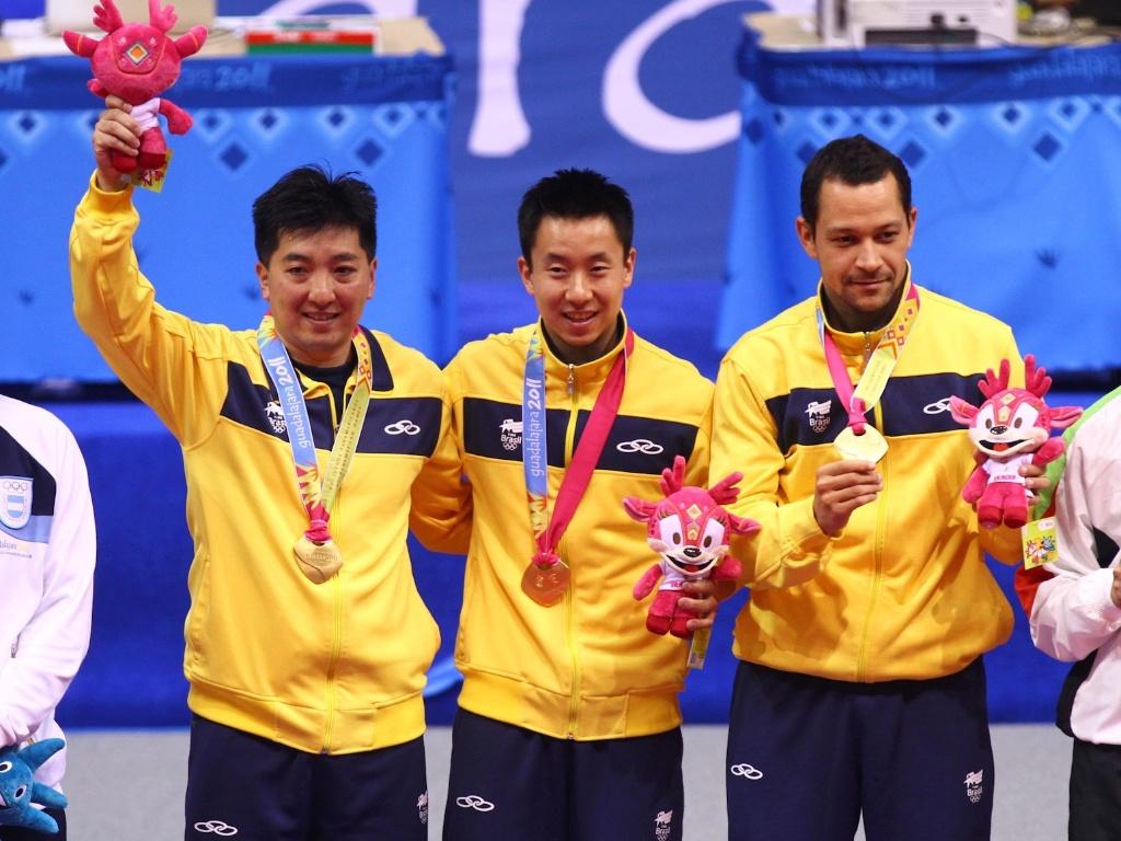 Hugo Hoyama, Gustavo Tsuboi e Thiago Monteiro recebem a medalha de ouro no tênis de mesa por equipes em Guadalajara