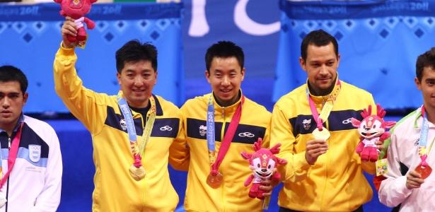 Hugo Hoyama, Gustavo Tsuboi e Thiago Monteiro recebem a medalha de ouro