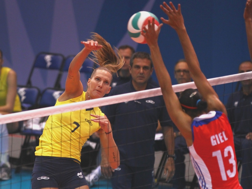 Mari ataca contra o bloqueio de Giel, de Cuba, na partida entre as equipes nesta segunda-feira (17/10/2011)