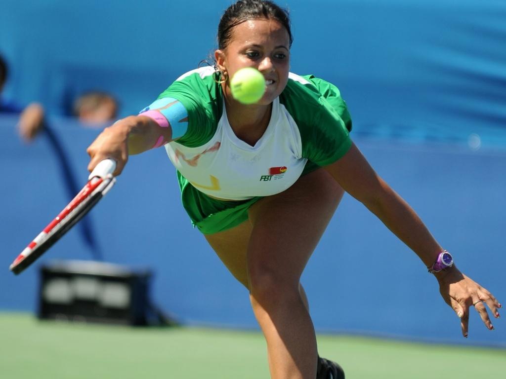 Maria Fernanda Alvarez Terán corre para fazer devolução na vitória sobre a mexicana Valeria Pulido na estreia do tênis no Pan (17/10/2011)