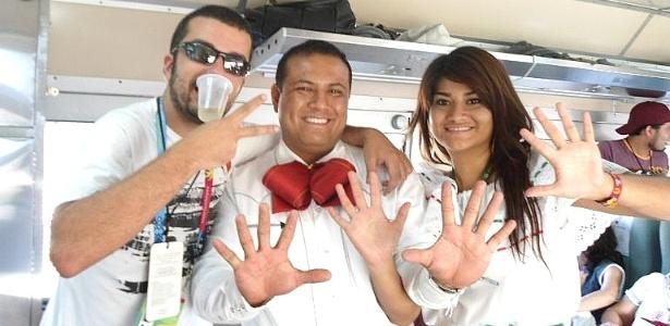 Mexicanos ajudam na contagem das bebidas ingeridas pelo repórter no trem da tequila