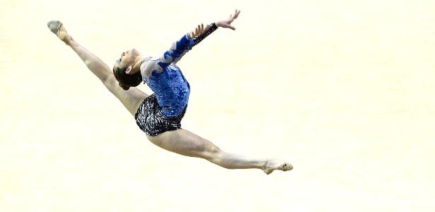 Natalia Gaudio salta durante sua performance na prova com o arco, pela ginástica artística no Pan; ela foi 6ª colocada (17/10/2011)