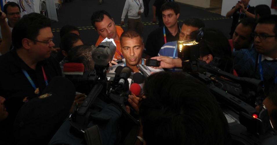 Romário causou uma muvuca ao chegar no centro de imprensa do Pan nesta segunda-feira (17/10/2011)