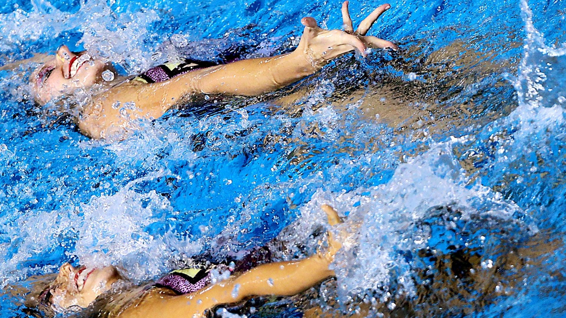 A dupla brasileira do nado sincronizado Lara e Nayara durante a apresentação no Pan em Guadalajara (18/10/2011)