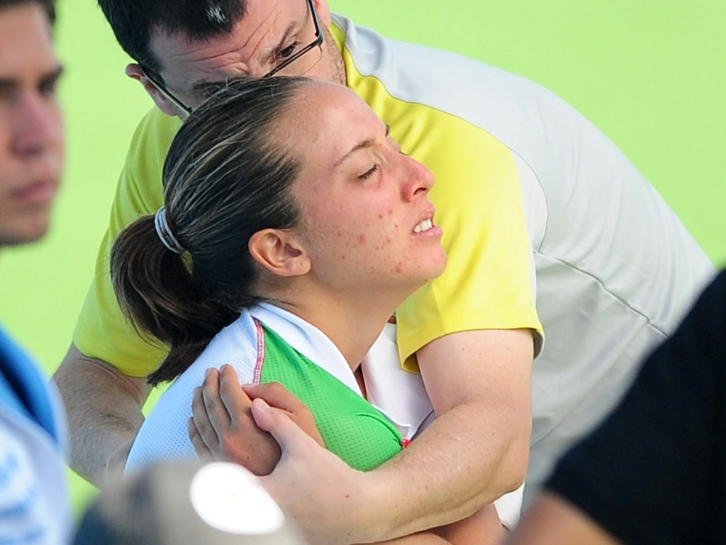 A tenista mexicana Ximena Hermoso recebe atendimento médico durante a partida contra a paraguaia Verônica Cepeda