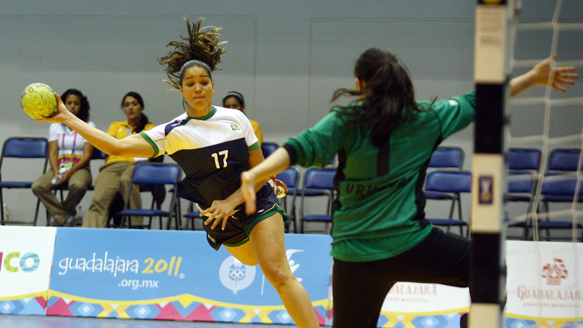 Brasileira salta para arremessar na partida contra o Uruguai, na segunda rodada do Pan-2011 (17/10/2011)