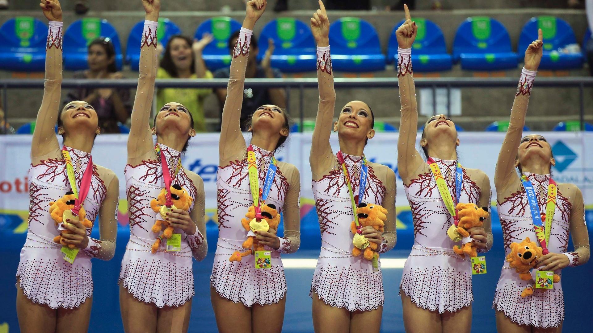 Brasileiras da ginástica rítmica comemoram a conquista da medalha de ouro no conjunto com 5 bolas (17/10/2011)