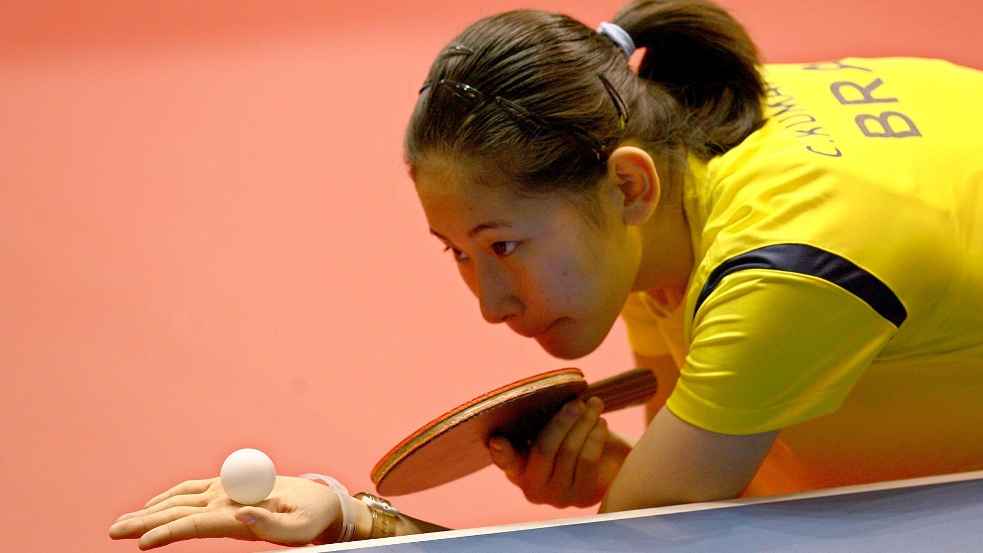 Caroline Kumahara prepara saque em partida de tênis de mesa no individual feminino do Pan (18/10/2011)