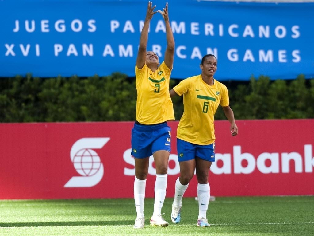 Daniele comemora com Rosana o primeiro gol do Brasil contra a Argentina, na estreia da seleção feminina no Pan de Guadalajara (18/10/2011)
