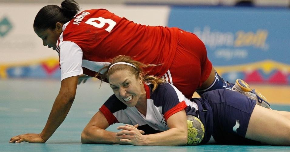 Dominicana Mariela Andino cai sobre a norte-americana Sarah Gascon em duelo de handebol no Pan