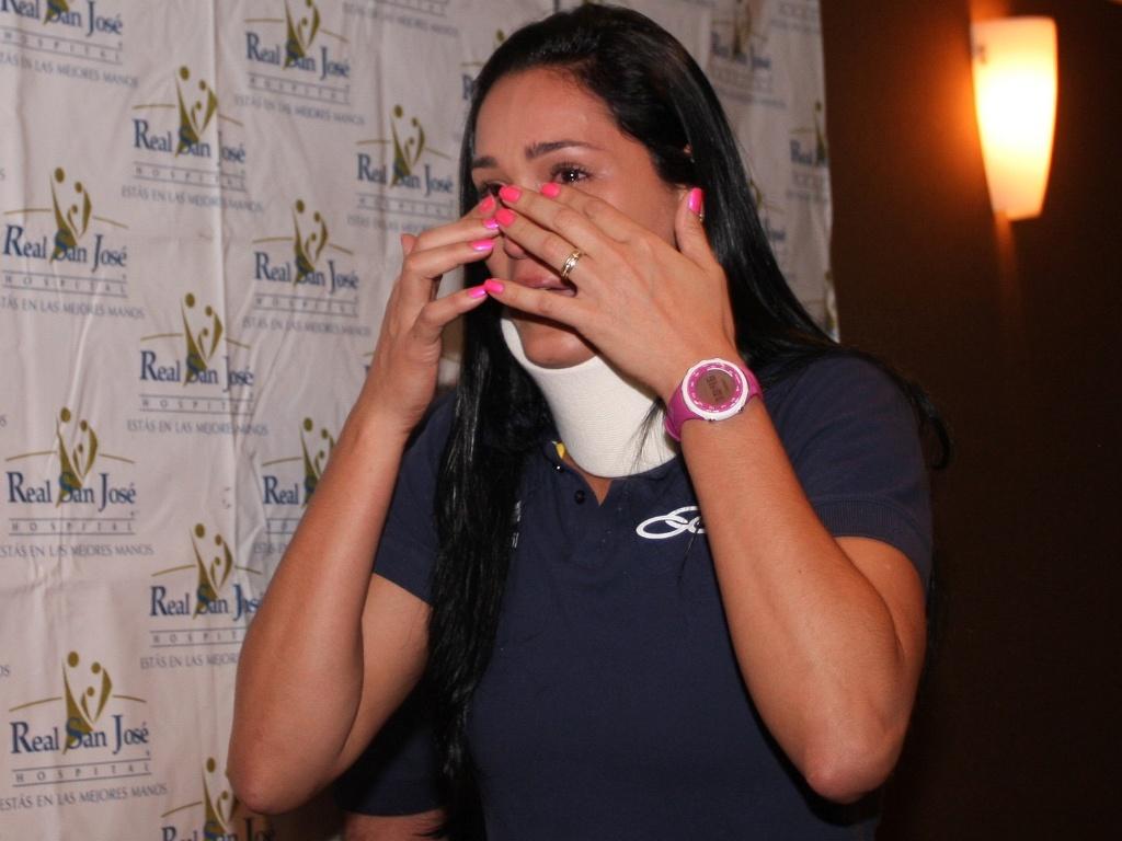 Jaqueline chora ao conversar com a imprensa nesta terça em Guadalajara (18/10/2011)