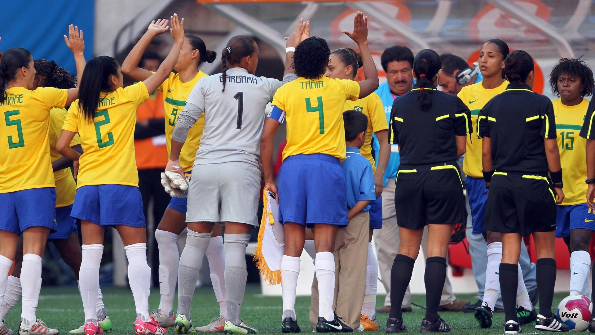 Jogadoras do Brasil entram em campo para a estreia no Pan, contra a Argentina