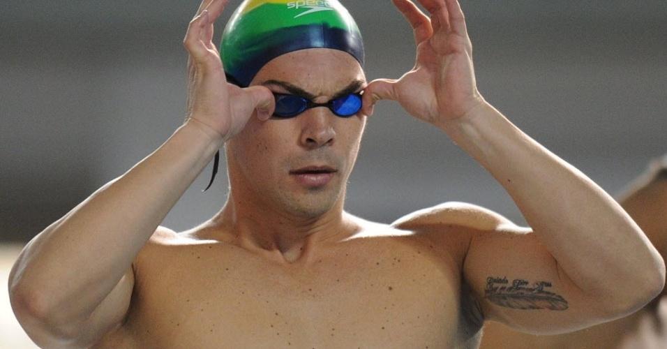 Kaio Márcio acerta seus óculos para entrar na piscina em disputa do Pan de Guadalajara