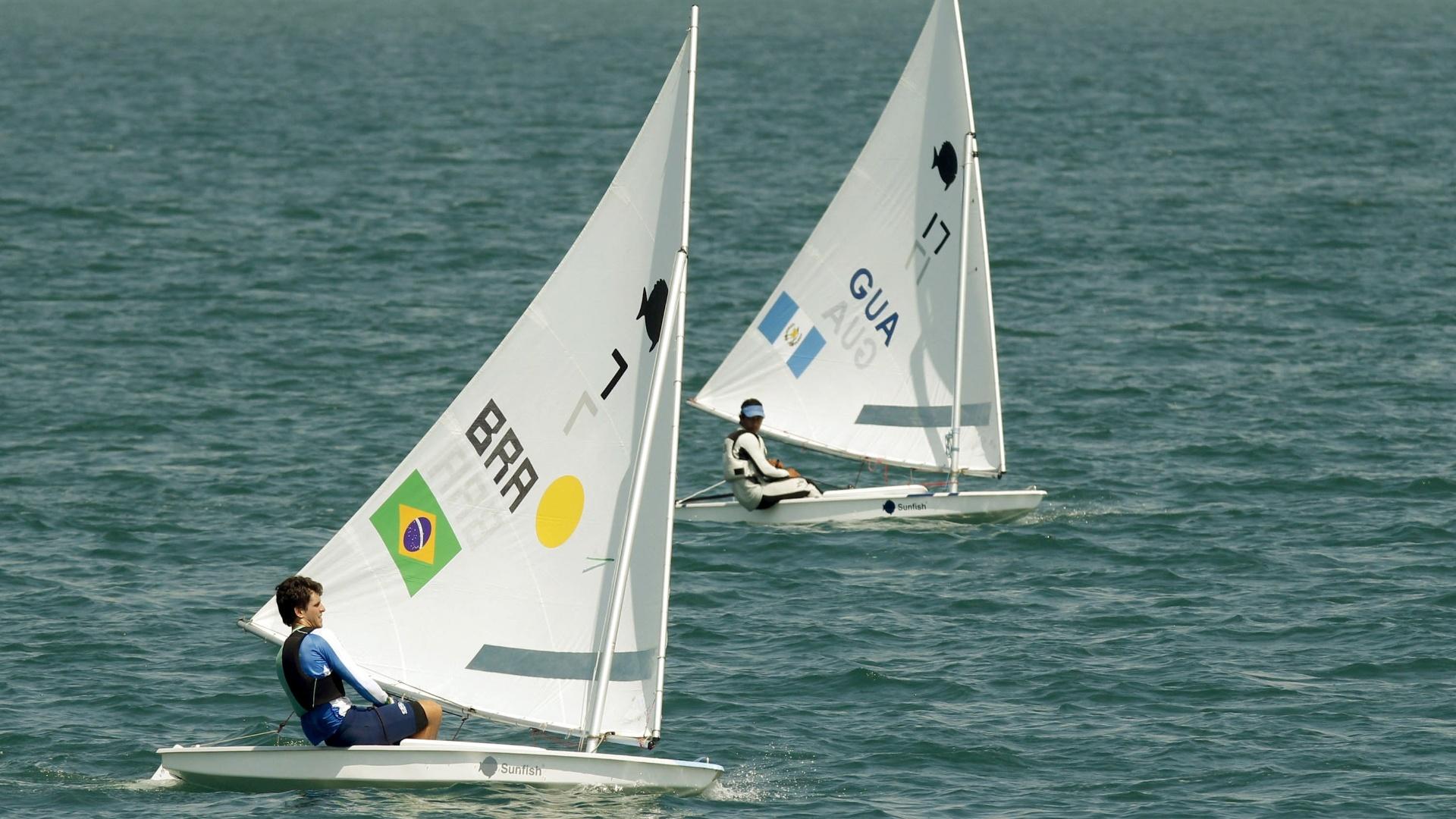 Matheus Dellagnello conseguiu um 1º e um 4º lugar nesta terça 18, e segue na ponta da classe Sunfish