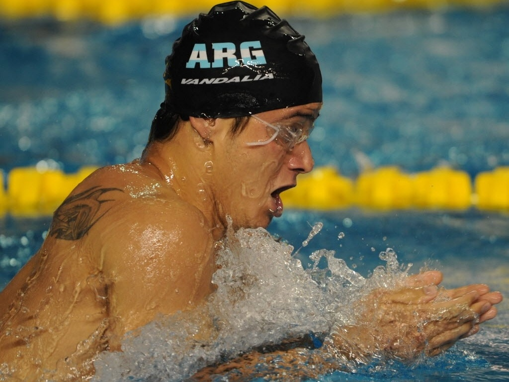 Nadador argentino exibe tatuagem de peixe na piscina do Pan de Guadalajara