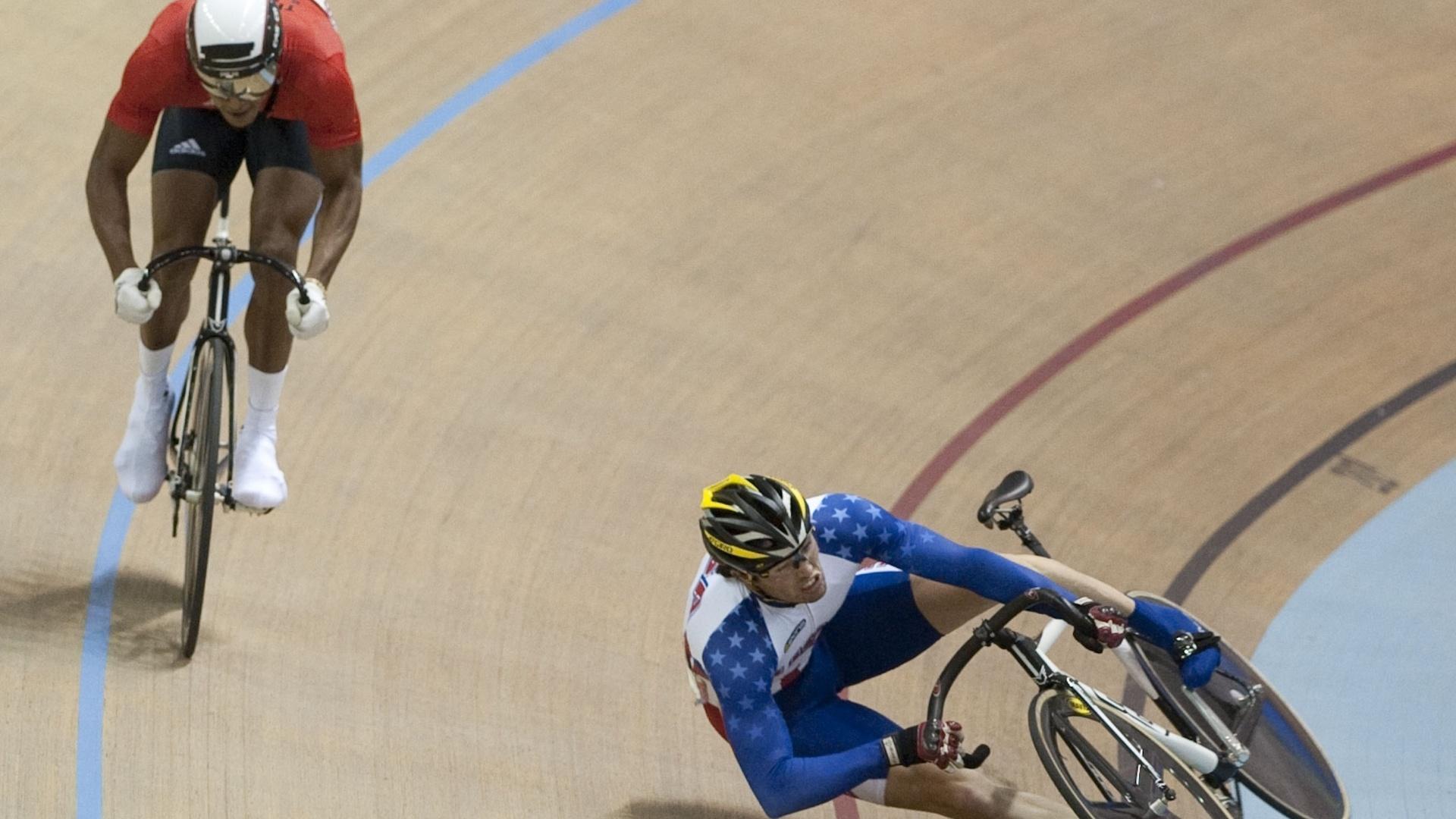 O americano Michael Blatchford leva um baita tombo durante a prova contra o ciclista de Trinidad e Tobago no Pan de Guadalajara