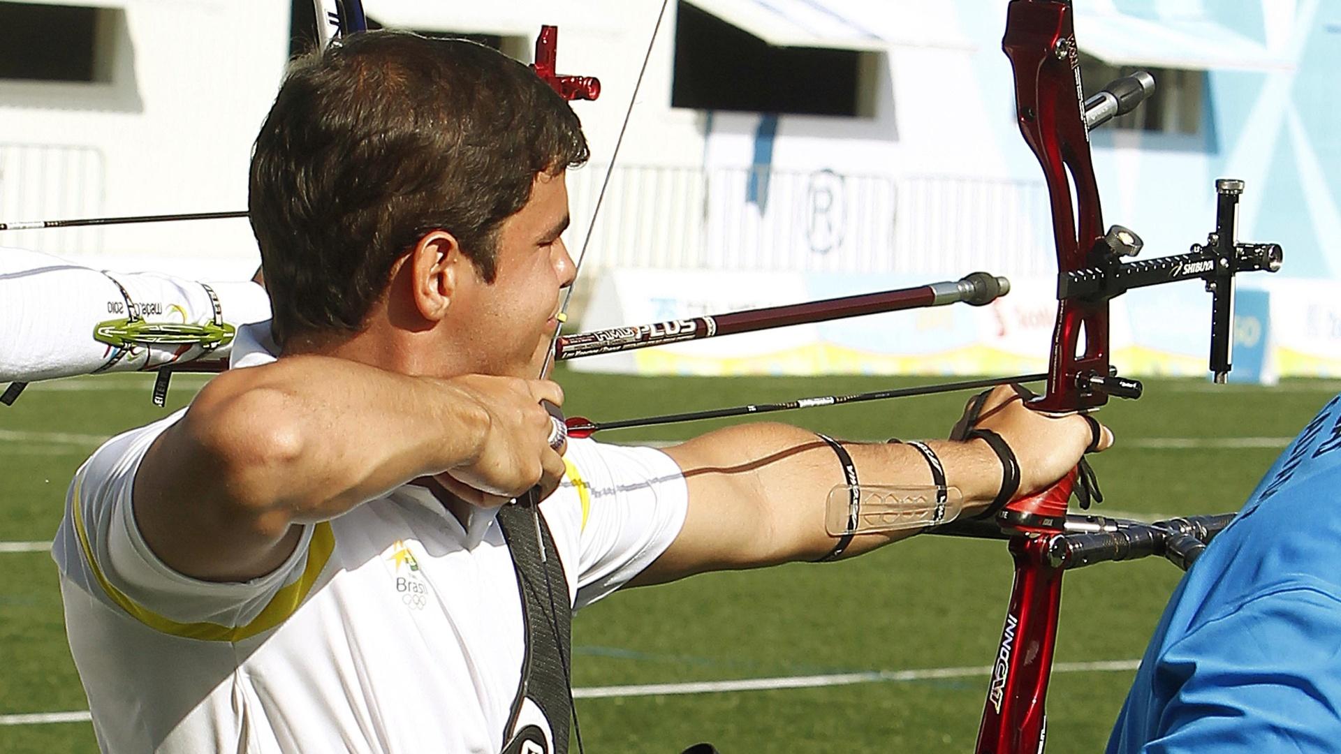 O brasileiro Fabio Emilio durante sua participação no tiro com arco no Pan-2011 (18/10/2011)