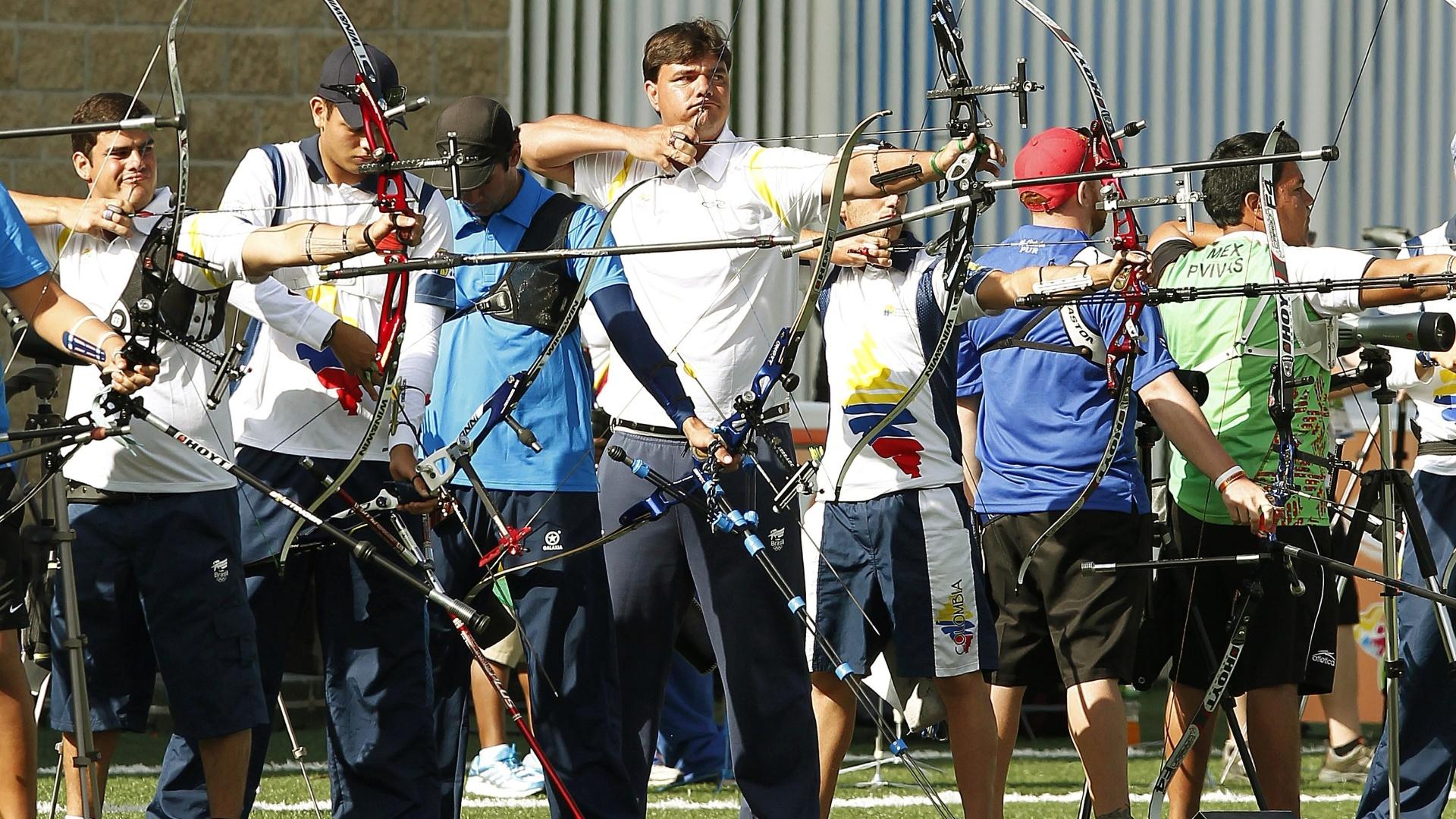 O brasileiro Luis Gustavo Trainini (centro) se prepara para atirar durante a competição de tiro com arco no Pan (18/10/2011)