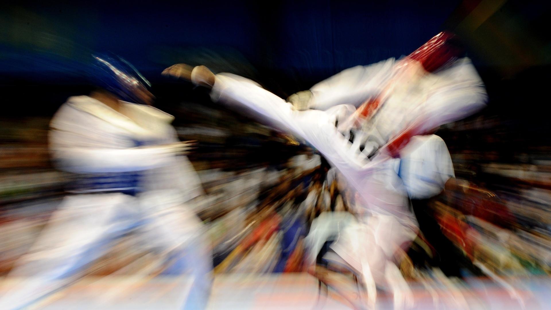 O mexicano Pedro Salvador encara o argentine Martin Sion na categoria acima de 80 kg no taekwondo nos Jogos Pan-Americanos de Guadalajara (18/10/2011)