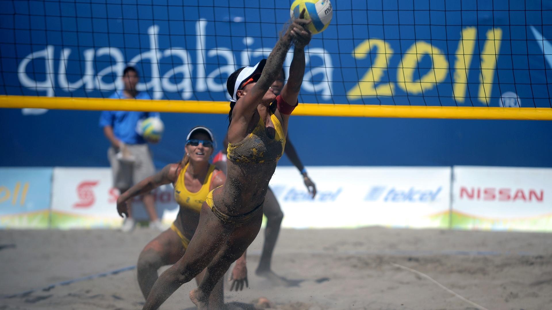 Observada pela parceira Larissa, Juliana tenta defender ataque cubano na terceira vitória da dupla brasileira no Pan (18/10/2011)