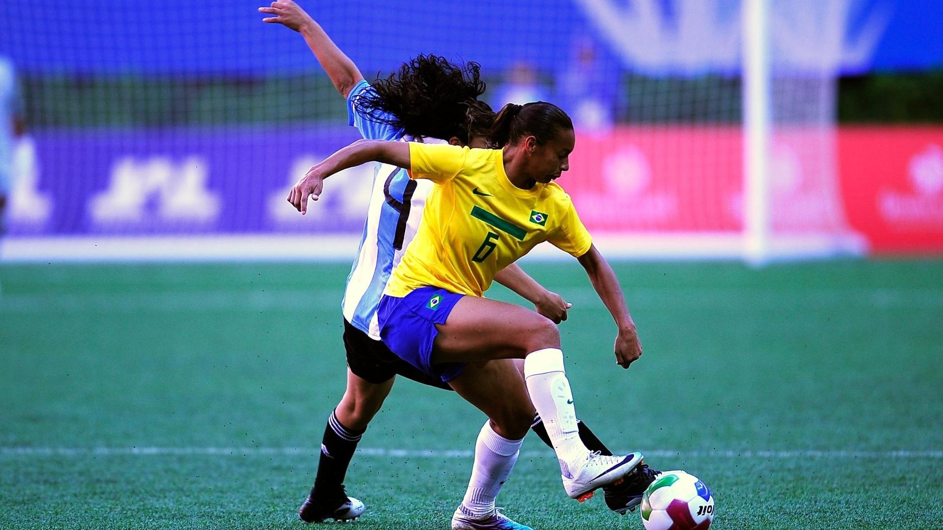 Rosana disputa bola com jogadora argentina na estreia da seleção brasileira feminina de futebol no Pan (1810/2011)