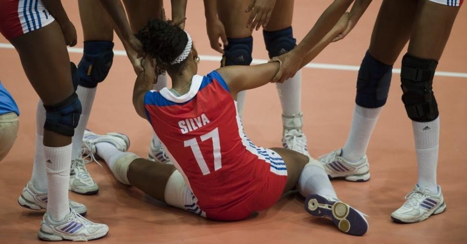 Silva, da seleção de vôlei de Cuba, é levantada pelas companheiras após esforço para salvar bola no jogo contra o Brasil (18/10/2011)
