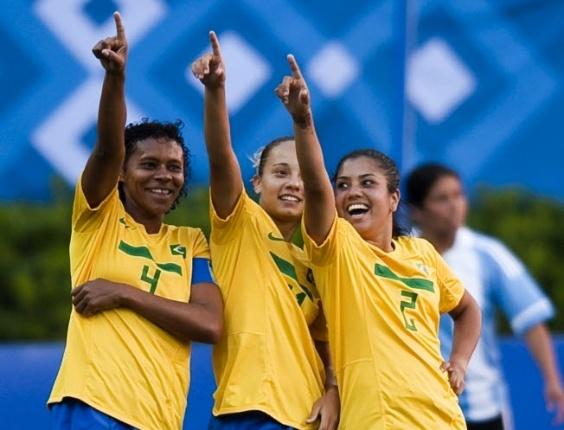 Tania Maranhão (e), Thais Guedes (c), e Maurine comemoram gol do Brasil contra a Argentina, na estreia do Pan-2011