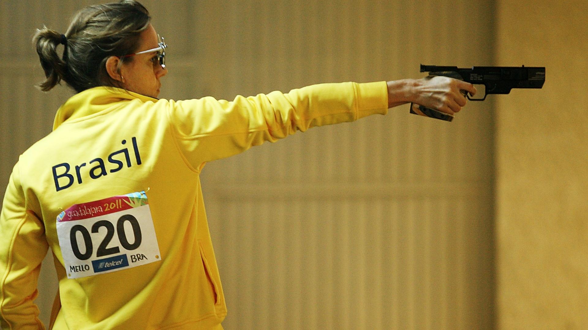 Ana Luiza Ferrão atira para conquistar a medalha de ouro na pistola 25 m pelos Jogos Pan-Americanos de Guadalajara (19/10/2011)