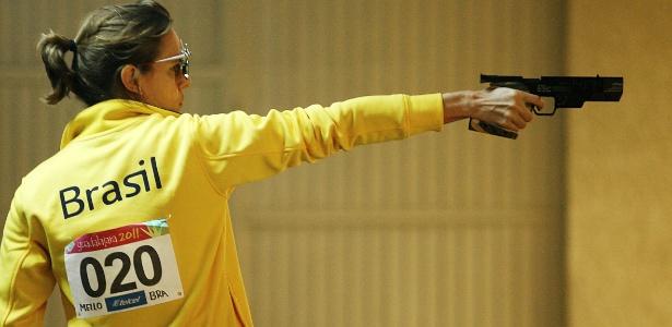 Ana Luiza Ferrão atira na disputa da pistola de 25 m para conquistar a medalha de ouro