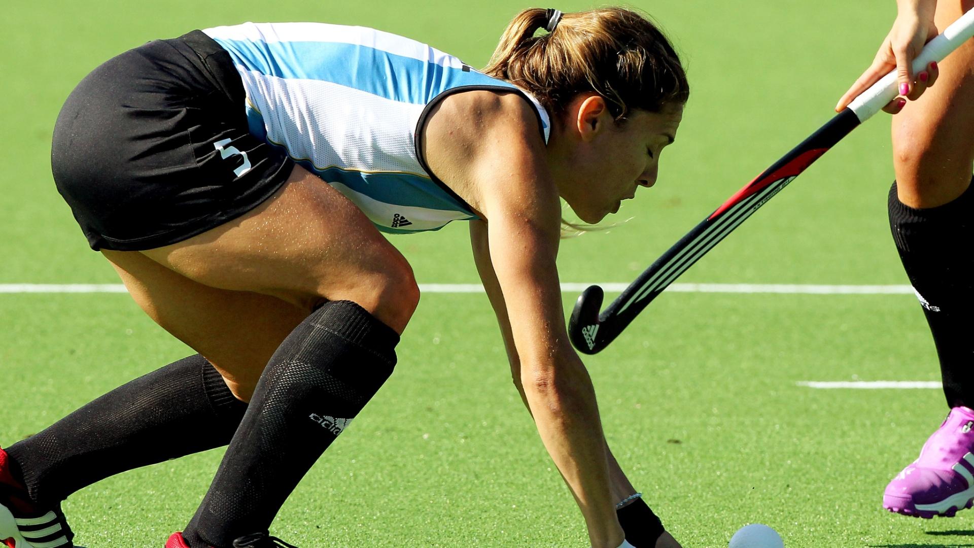 Ana Macarena Rodriguez disputa a partida de estreia da seleção de hóquei na grama da Argentina no Pan, contra Trinidad e Tobago (19/10/2011)