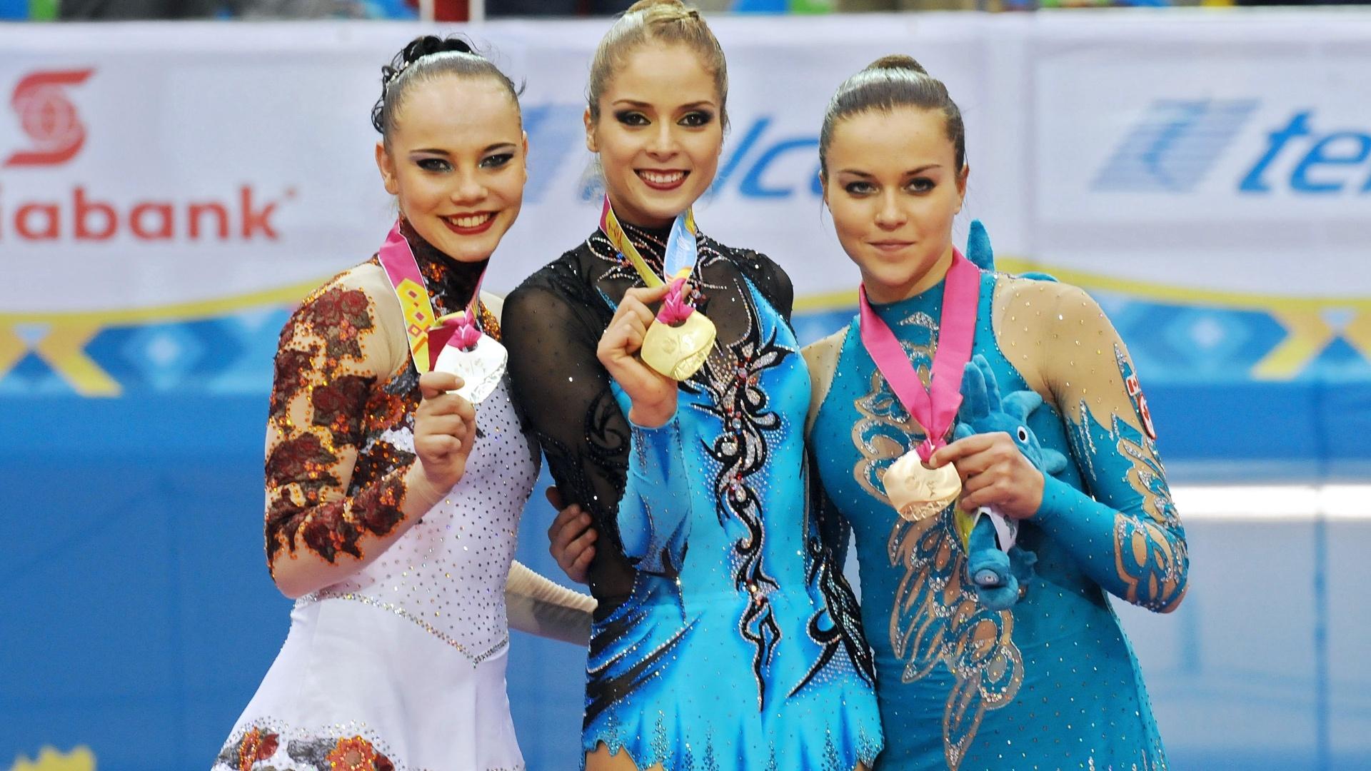 Angélica Kvieczynski (esq.) ficou com a prata na apresentação com as maças, na ginástica rítmica (18/10/2011)