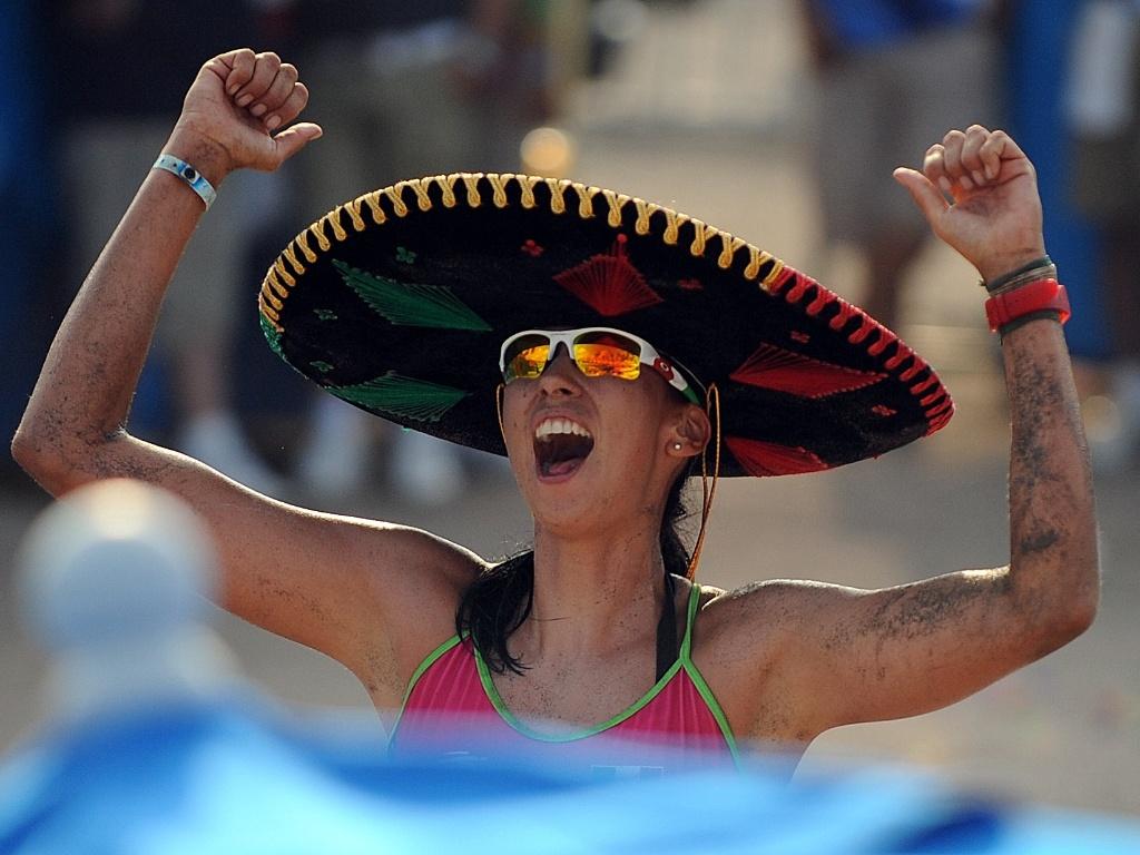 Bibiana Candela, do México, comemora depois de marcar um ponto contra as colombianas no vôlei de praia