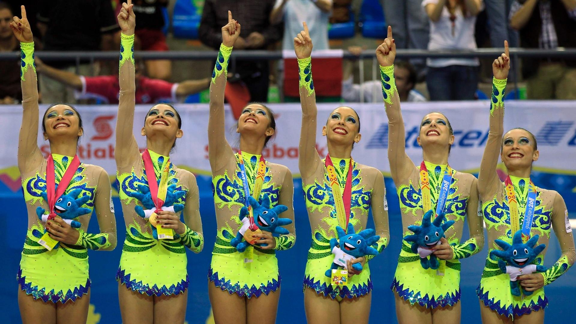 Brasileiras comemoram o 3º ouro da ginástica rítmica em Guadalajara, na prova de arcos e fitas (18/10/2011)