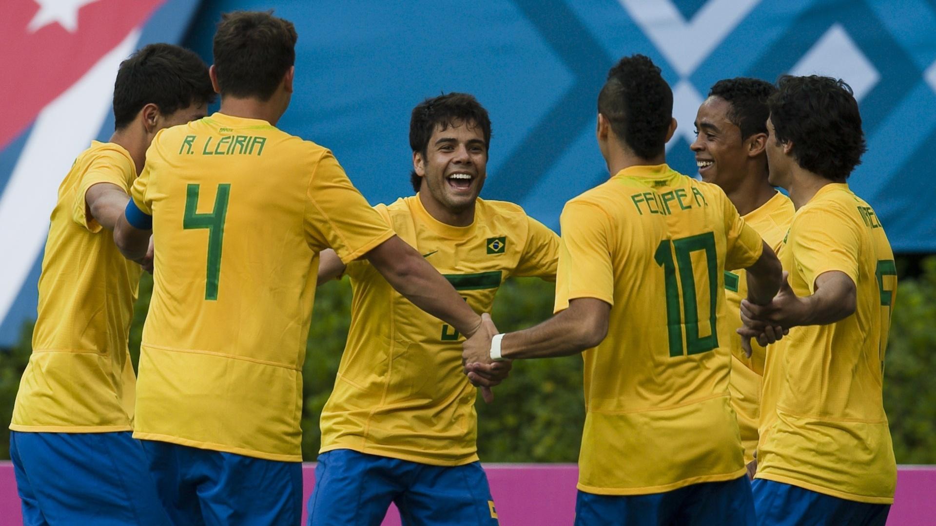 Brasileiros comemoram o gol de Henrique no empate contra a Argentina por 1 a 1 em Guadalajara (19/10/2011)