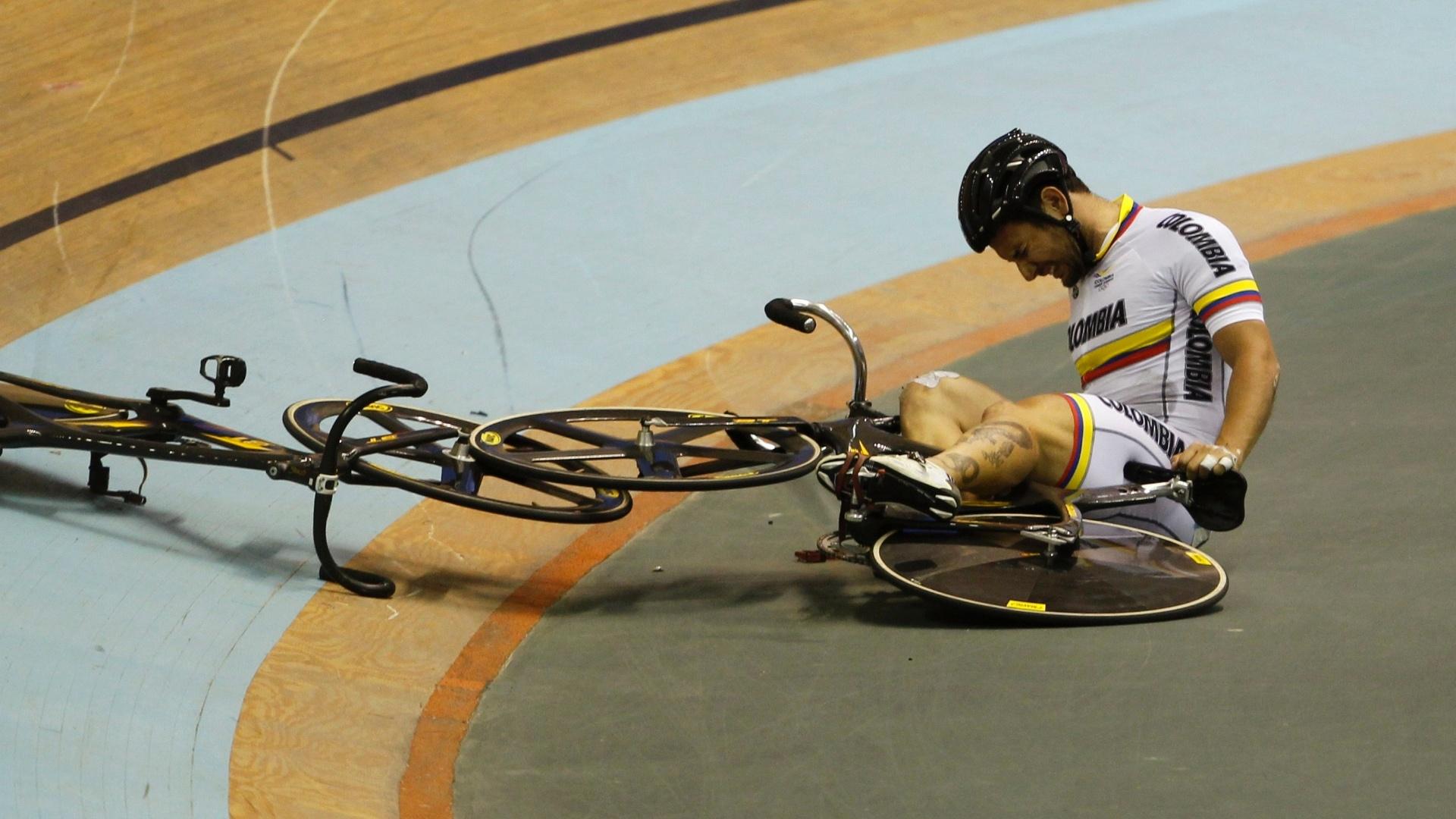 Ciclista Jonathan Marin sente a queda durante a competição do Pan (19/10/2011)
