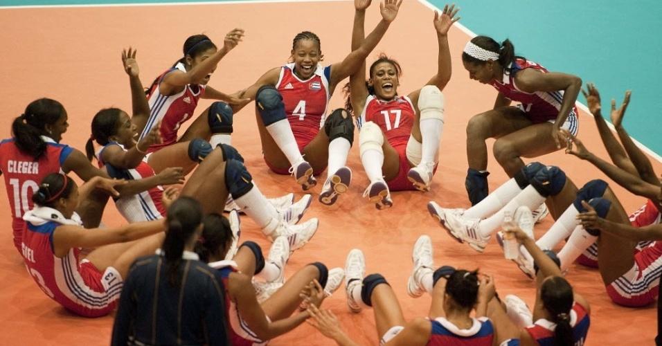 Cubanas do vôlei comemoram vaga na final se jogando no chão após a vitória sobre os Estados Unidos (19/10/2011)