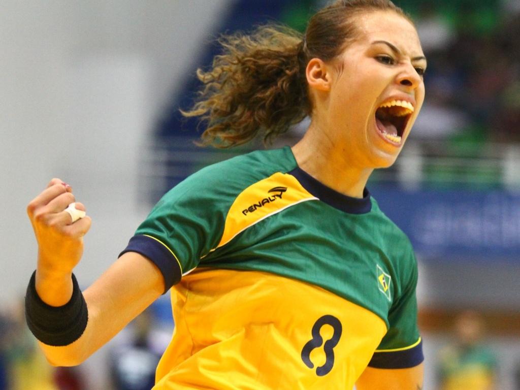 Fernanda da Silva comemora um dos gols do Brasil contra a República Dominicana no handebol feminino