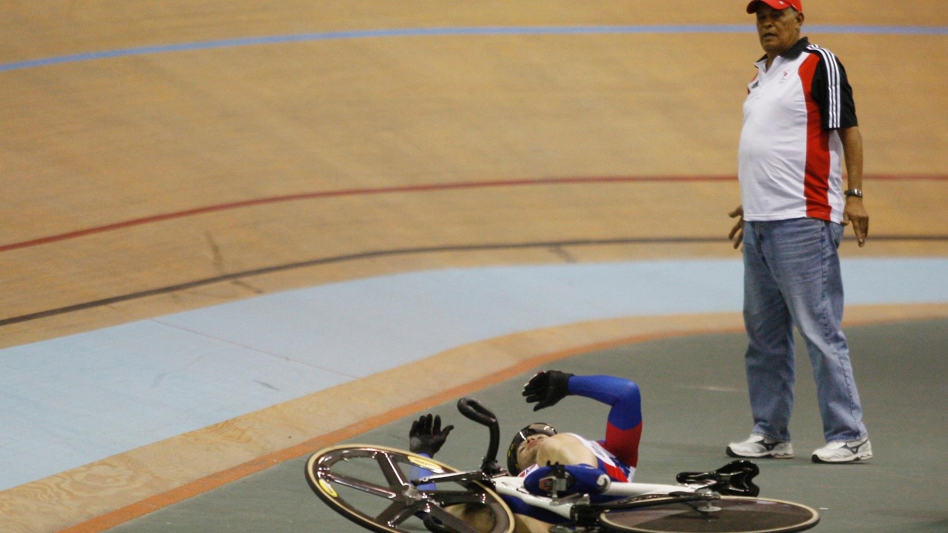 Homem observa queda do norte-americano Michael Blatchford no ciclismo (18/10/2011)