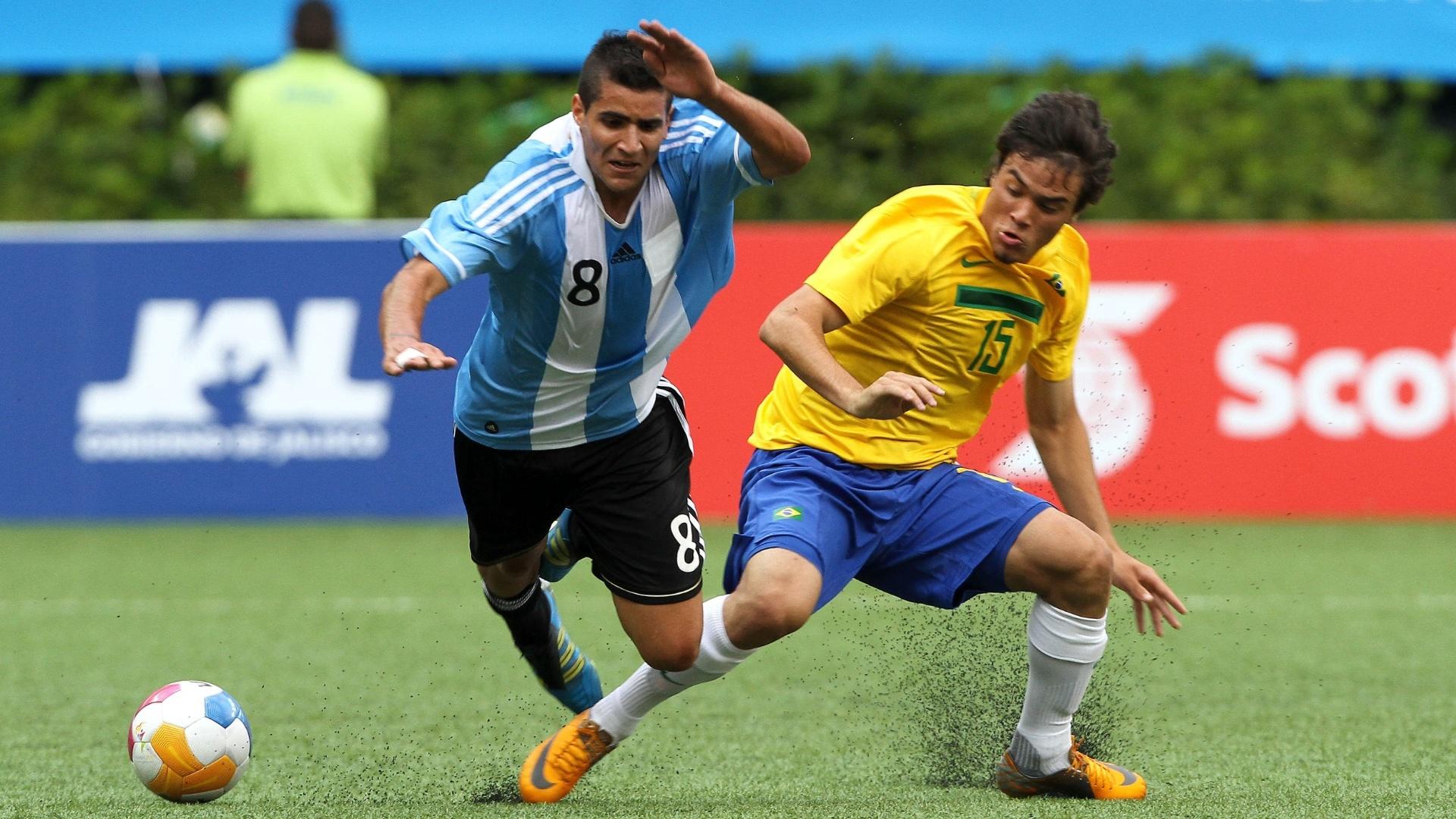 Jogadores de Argentina e Brasil disputam bola em estreia no Pan (19/10/2011)