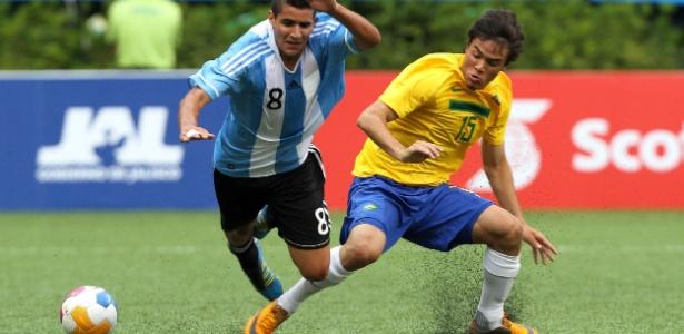 Jogadores de Argentina e Brasil disputam bola em estreia das equipes de futebol no Pan