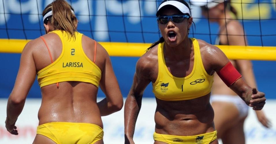 Juliana comemora ponto ao lado de Larissa na vitória brasileira sobre o Canadá pelo vôlei de praia (19/10/2011)