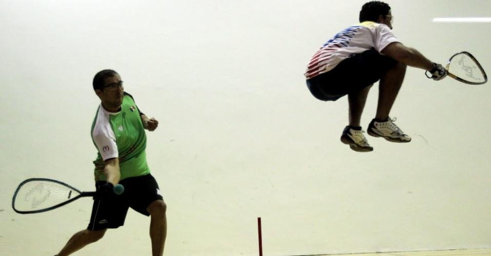 Mexicano Alvaro Beltran devolve bola ao venezuelano Cesar Castillo durante partida do Grupo A da fase de classificação de raquetebol no Pan