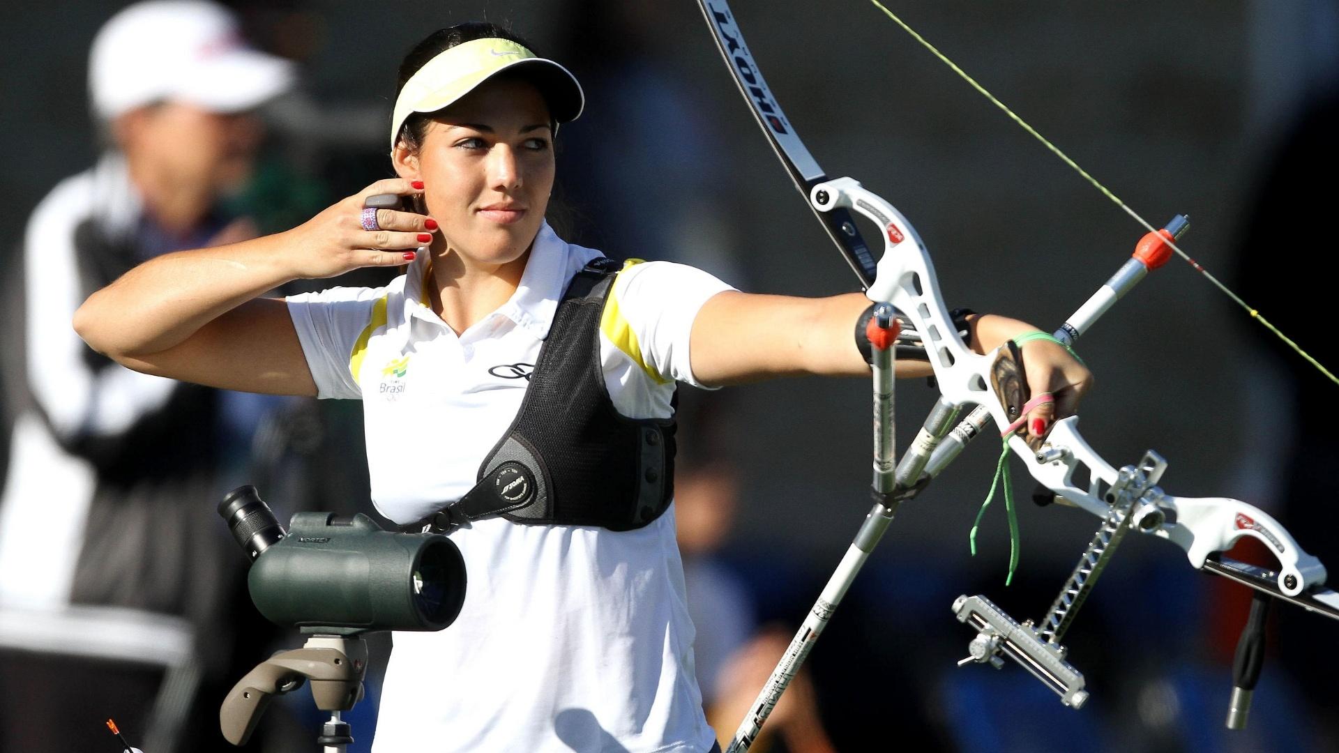 Michelle Aqcuesta mira o alvo no tiro com arco (19/10/2011)
