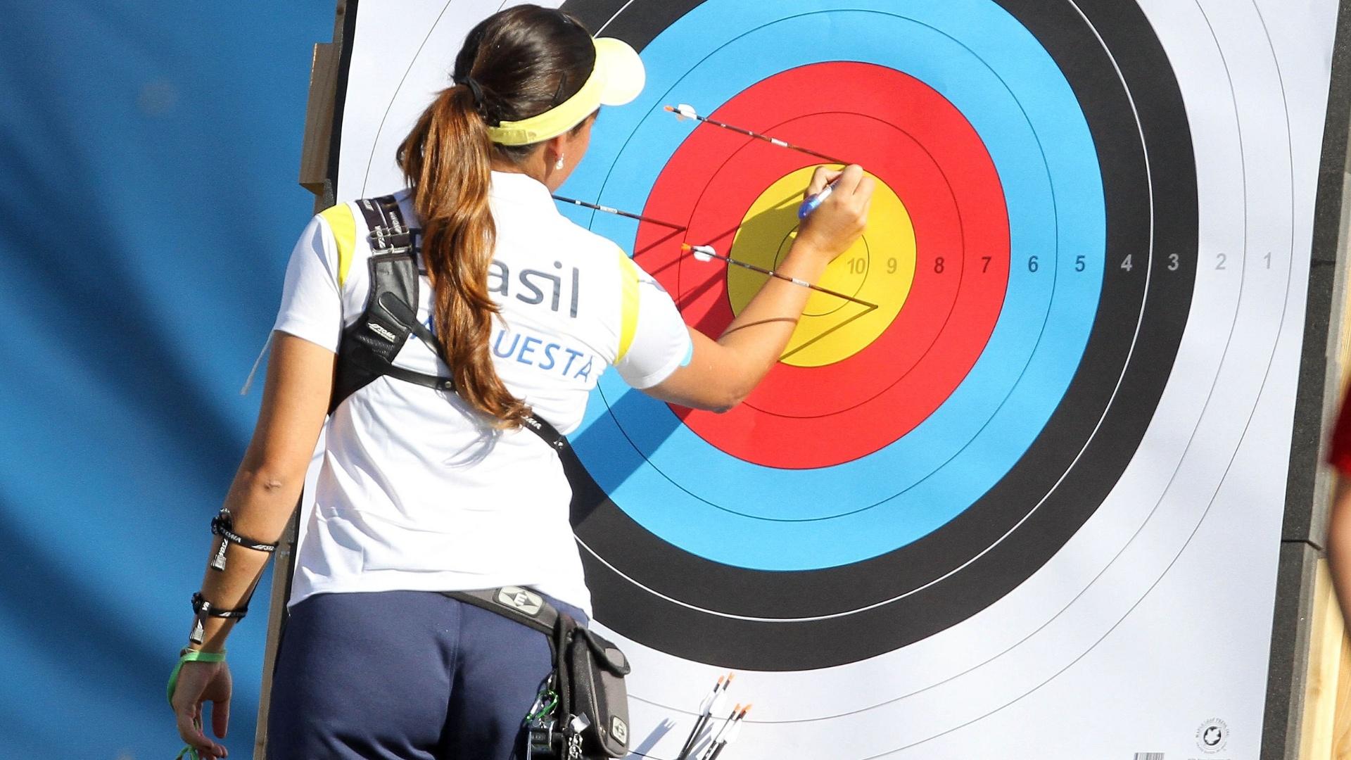 Michelle Aqcuesta verifica onde acertou os alvos no tiro do arco do Pan (19/10/2011)