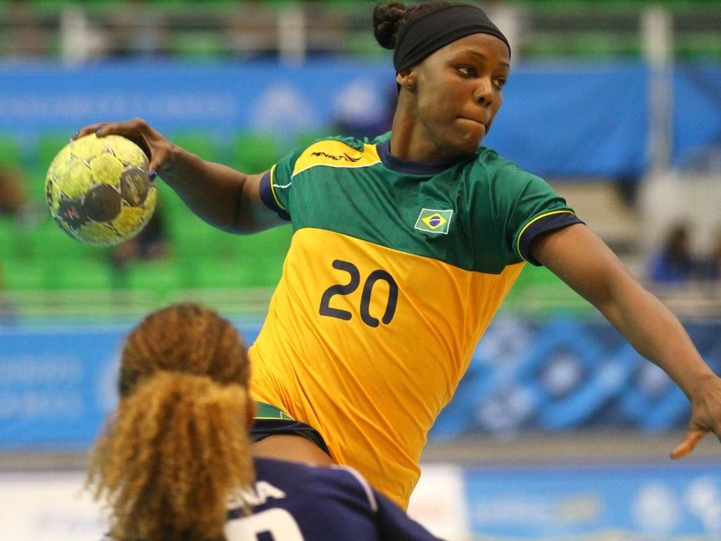 O Brasil venceu a República Dominicana por 32 a 18 no handebol feminino, e avança na competição