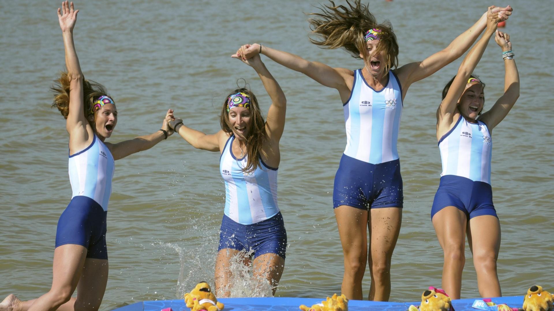 Remadoras argentinas Milka Kraljev, Maria Ibalo, Maria Best e Maria Rohner se jogam na água na comemoração após medalha de ouro no Pan (19/10/2011)