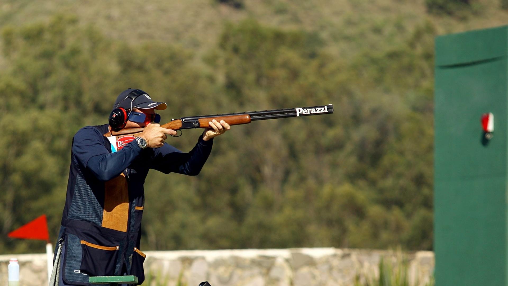 Roberto Schmits atira na prova da carabina de fossa e conquista a medalha de bronze no Pan de Guadalajara (19/10/2011)