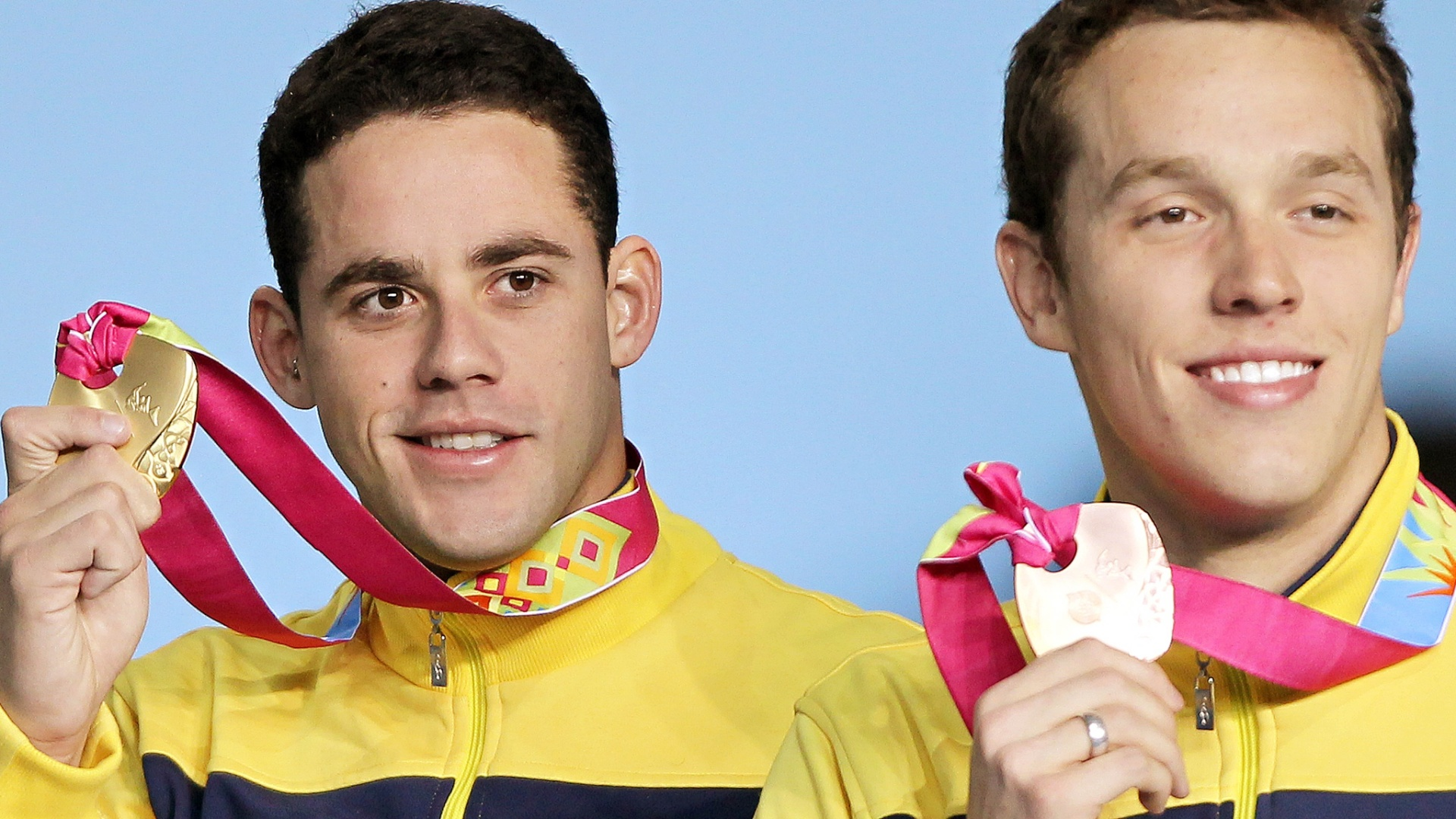 Thiago Pereira e Henrique Rodrigues exibem o ouro e o bronze, conquistados na prova dos 200 m medley em Guadalajara (19/10/2011)