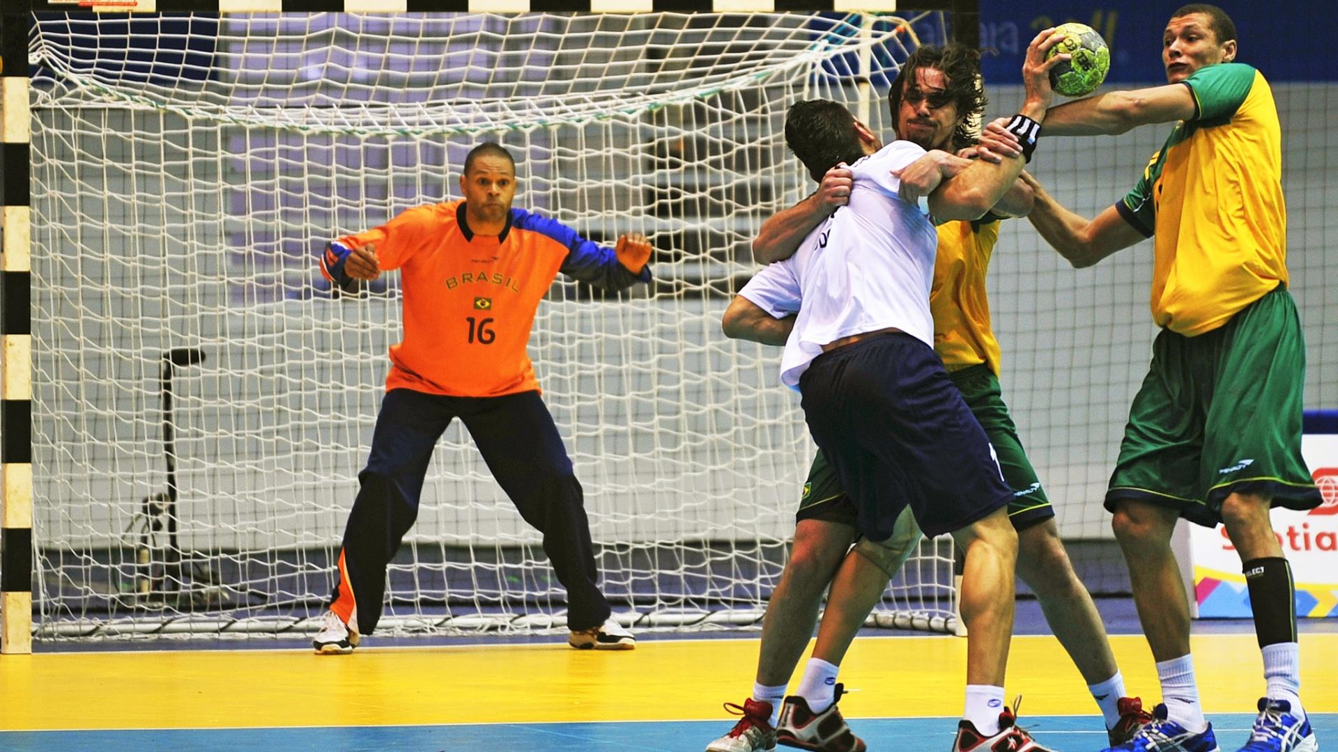 Goleiro Marcão observa disputa de bola na vitória brasileira sobre a Venezuela pelo handebol do Pan (18/10/2011)