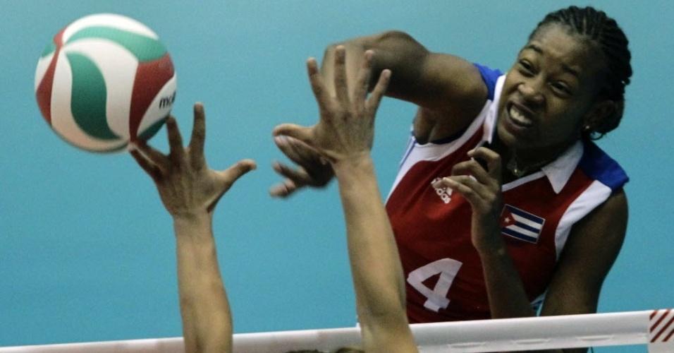Yoana Palacios, de Cuba, tenta superar o bloqueio americano na vitória na semifinal do Pan (19/10/2011)